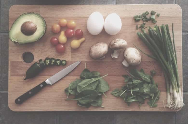 garlic on the cutting board